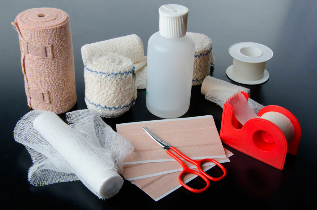 SÅRSTELL: Du trenger remedier til å vaske såret (pyrisept, klorheksidin eller fysiologisk saltvann) og bandasje eller plaster. Foto: NTB Scanpix/Shutterstock