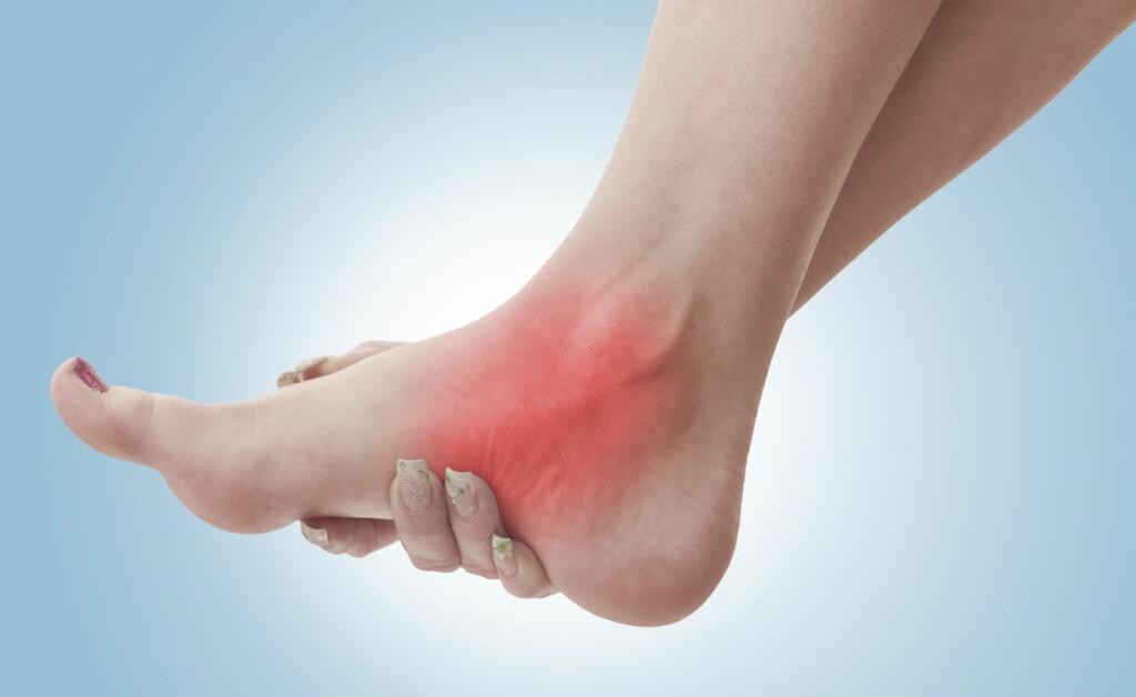SMERTER I ANKELLEDDET: Gjør det vond i ankelen? Det kan være mange ulike årsaker til ankelsmerter. Smertene kan oppstå brått eller komme over tid. Foto: NTB Scanpix/Shutterstock