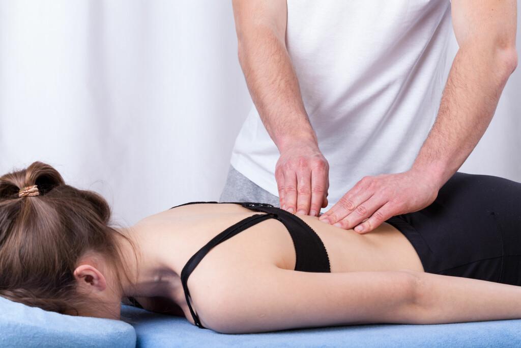 UNDERSØKELSE: Ved ryggsmerter vil legen inspisere ryggen. –Legen ser etter skjevheter, om det er asymmetri i muskulatur og/eller bekkenhelning. Foto: Photographee.eu/ Shutterstock/ NTB scanpix