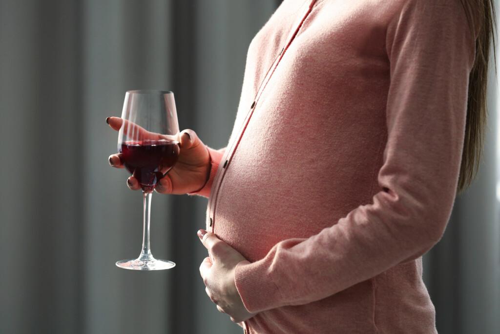 SKADER FOSTERET: Alkoholbruk i svangerskapet kan selv i moderat mengde medføre en betydelig økt risiko for skader på fosteret. Foto: Shutterstock