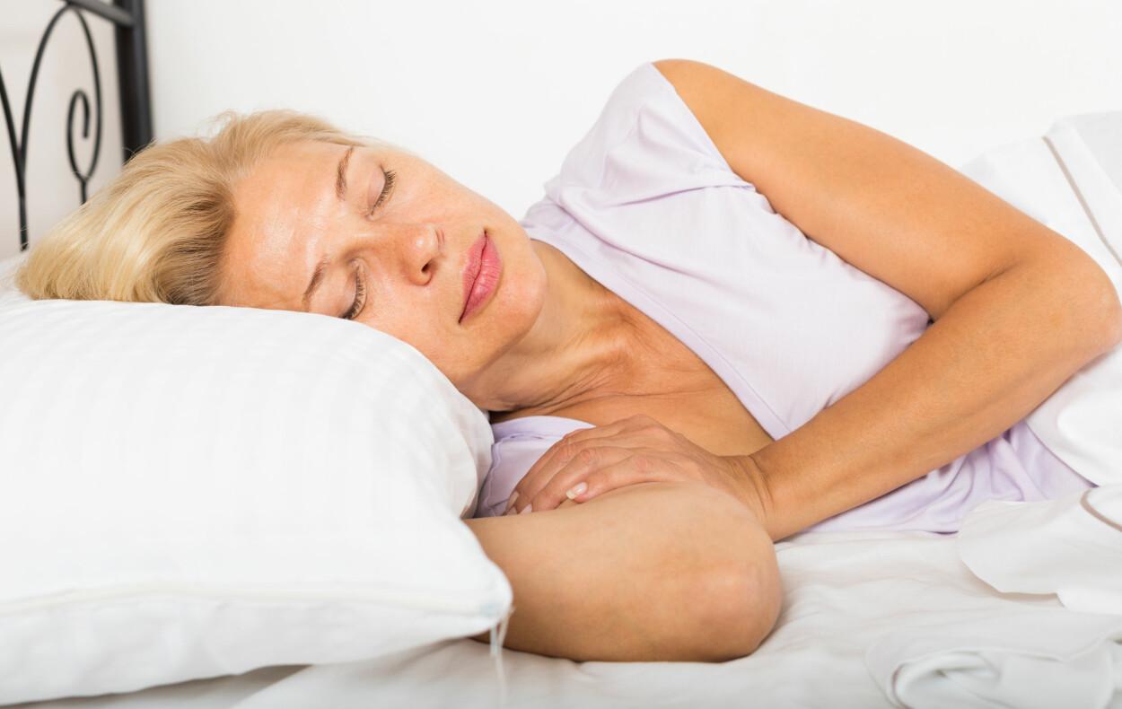 NATTESVETTE: At du svetter når du sover kan ha helt naturlige forklaringer som at det rett og slett er for varmt på soverommet.  Foto: NTB Scanpix