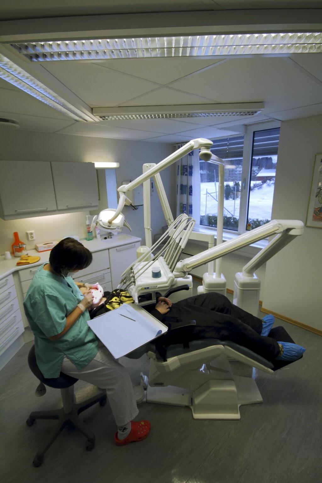 KONTROLL: Hvor lang tid det kan gå mellom hver undersøkelse/kontroll hos tannlegen er individuelt. Foto: NTB/Scanpix, Samfoto Samfoto Espen Bratlie