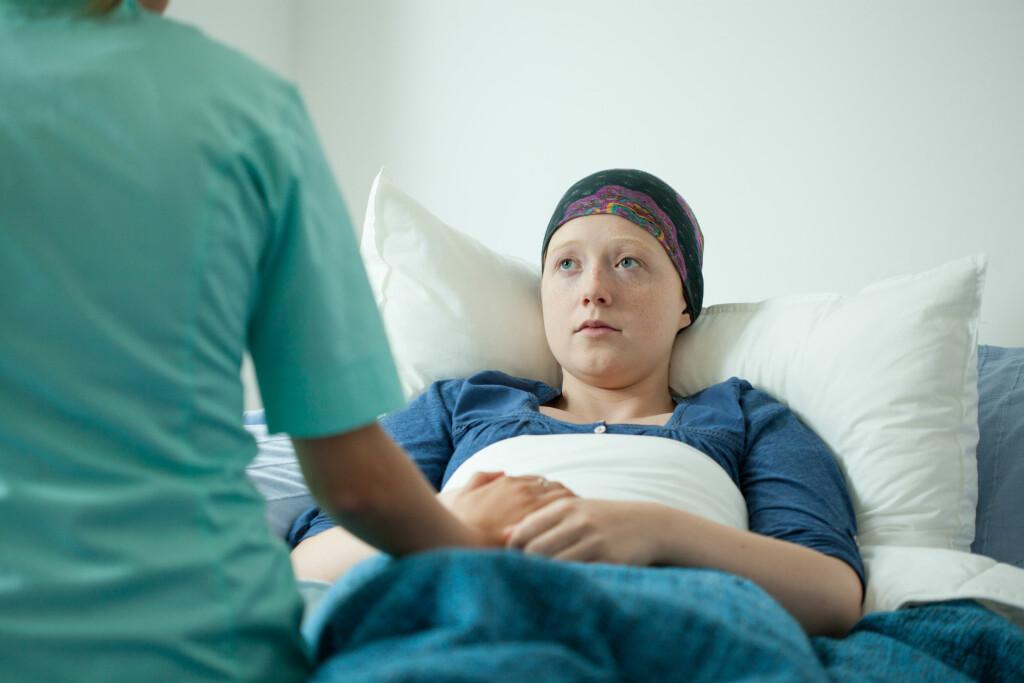 MANGE FÅR KREFT: I 2015 fikk 32 592 nordmenn en kreftdiagnose, og av disse var det 15 094 kvinner og 17 498 menn. Stadig flere overlever kreft, og i 2014 levde det 242 000 mennesker i Norge med kreft. Foto: Shutterstock