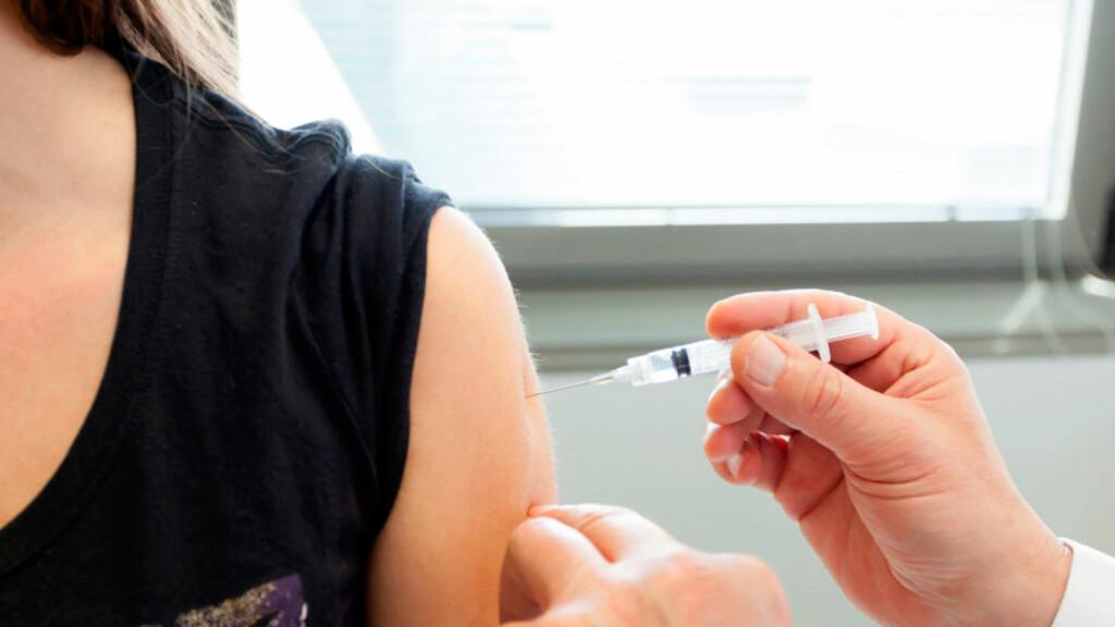 VAKSINE: Vaksine for smittsom hjernehinnebetennelse anbefales til ungdom mellom 16 og 19 år.  Foto: NTB Scanpix/Shutterstock