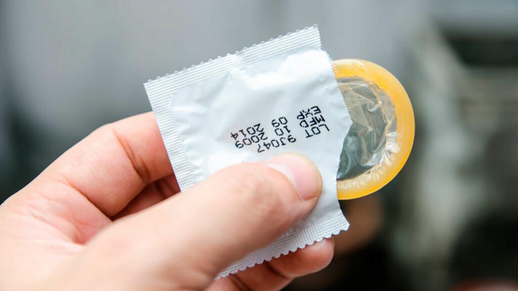 KONDOM: Det finnes kondomer i flere fasonger og med alle mulige farger, smaker og lukter. Foto: NTB Scanpix/Shutterstock