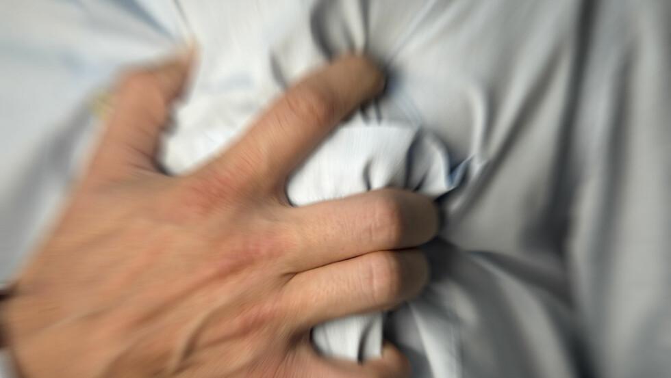 HJERTESMERTE: Smerter i brystet kan være tegn på angina pectoris (hjertekrampe). Foto: Plainpicture
