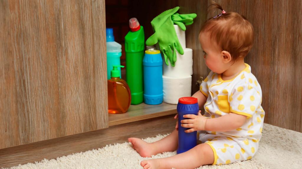 FORGIFTNINGER: Rengjøringsmidler kan være etsende og farlig å innta. Små barn er utsatt. Foto: NTB Scanpix/Shutterstock