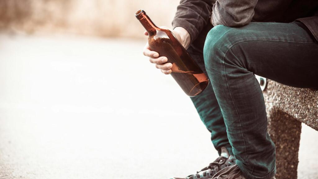 ALKOHOLIKER: Arv, personlighet og spesielt press kan være årsaker til at noen lettere blir alkoholikere. Foto: NTB Scanpix/Shutterstock
