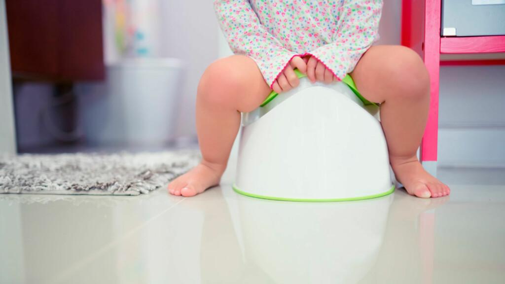 TREG I MAGEN: Forstoppelse er spesielt vanlig hos barn ved overgang fra å bli ammet/flaskeernært til fast føde, under pottetrening og ved skolestart. Foto: NTB Scanpix/Shutterstock