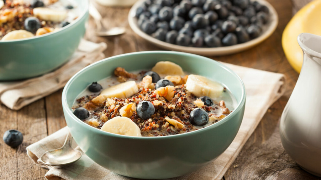 VIKTIGE KILDER TIL FIBER: Frukt, bær, korn, grovt mel, gryn, poteter, kli og grønnsaker  Foto: NTB Scanpix/Shutterstock