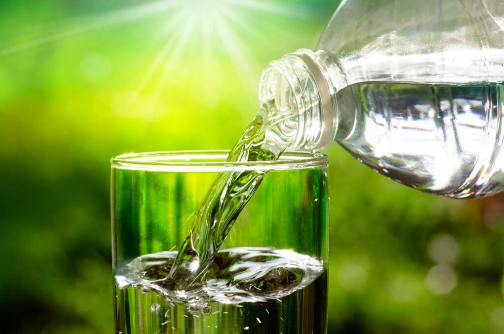 DRIKK NOK VANN: Drikker du for lite kan kroppen bli uttørret. Symptomer på dehydrering kan være tørste, hodepine, tretthet og konsentrasjonsvansker. Foto: NTB Scanpix/Shutterstock