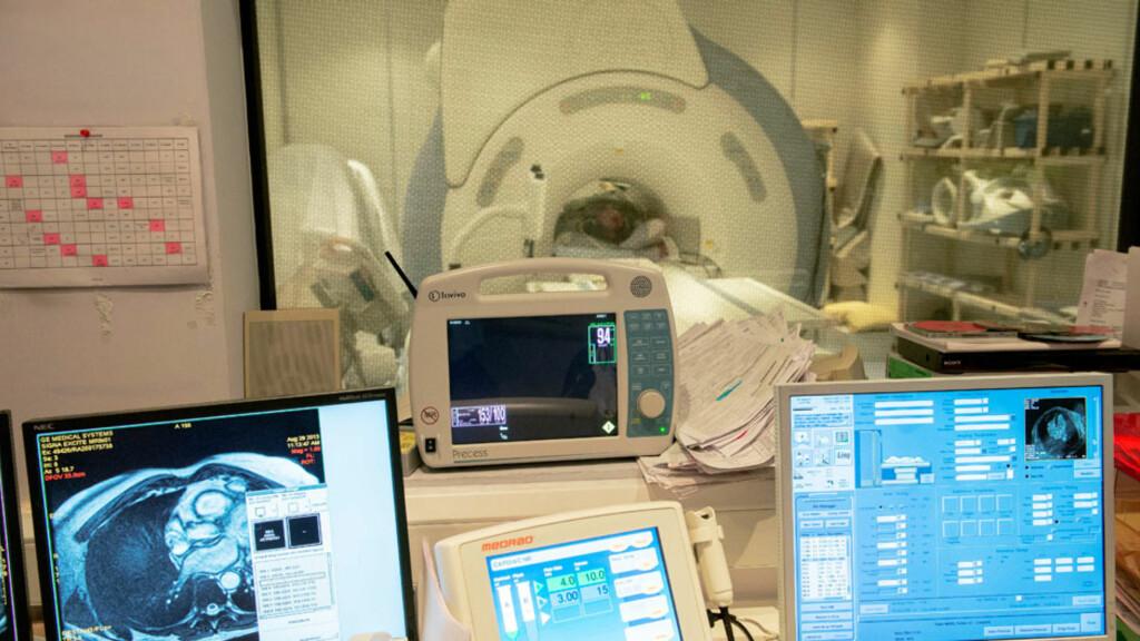 MEDISINSK TEKNOLOGI: MR kan gi mer presis diagnostikk enn mange andre undersøkelsesmetoder. Radiolog vurderer bildene. Foto: NTB Scanpix / Science Photo Library