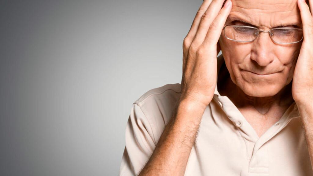 SYMPTOMER PÅ HJERNESLAG: Personen får ofte akutt hodepine og blir svimmel. Men det er også flere symptomer du bør vite om.  Foto: NTB Scanpix/Shutterstock