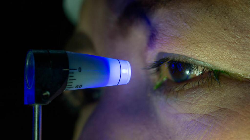 MÅLING AV TRYKKET I ØYET: Ved akutt glaukom øker trykket i øyet. Man opplever sterke smerter og sykdommen utvikler seg i løpet av timer.  Foto: NTB Scanpix/Shutterstock