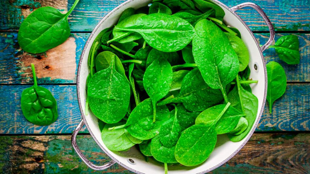 MAT MED FOLAT: Spinat, og andre grønne grønnsaker er en yppelig kilde til bitamin b9 (folsyre). Foto: NTB Scanpix/Shutterstock