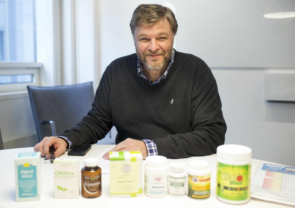 NATTLYSOLJE: Overlege Steinar Madsen med flere kosttilskudd.  Foto: VG/Fotograf: Solstad, Fredrik