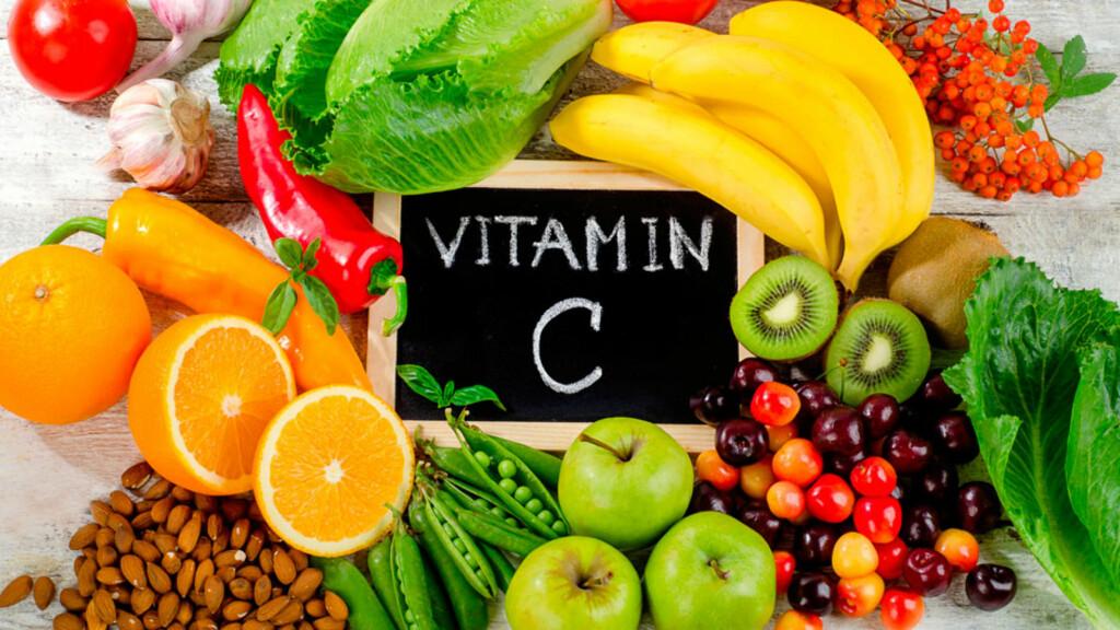 MAT MED VITAMIN C: Appelsin og andre sitrusfrukter, kiwi, brokkoli og kålrot inneholder mye C-vitaminer.  Foto: NTB Scanpix/Shutterstock