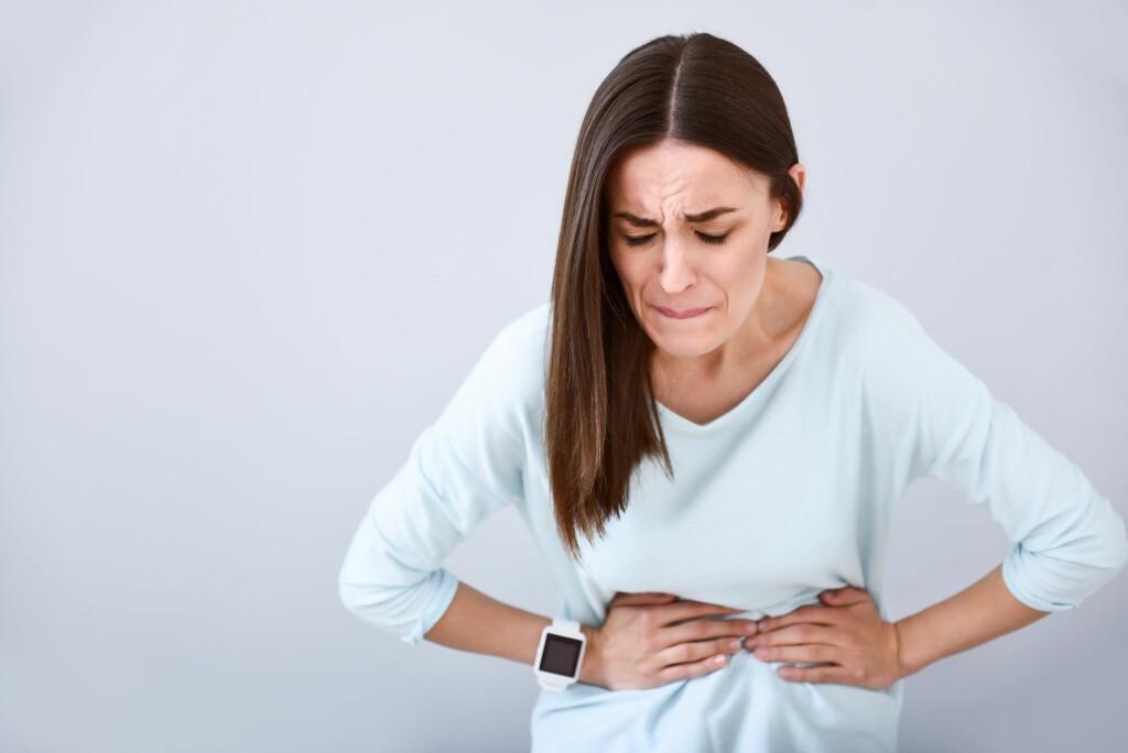 MAGEPROBLEMER KAN HA MANGE ÅRSAKER: Symptomer fra magen kan skyldes svært mange sykdommer. Det er viktig å skille mellom kroniske mageproblemer og akutte magesmerter.  Foto: Shutterstock