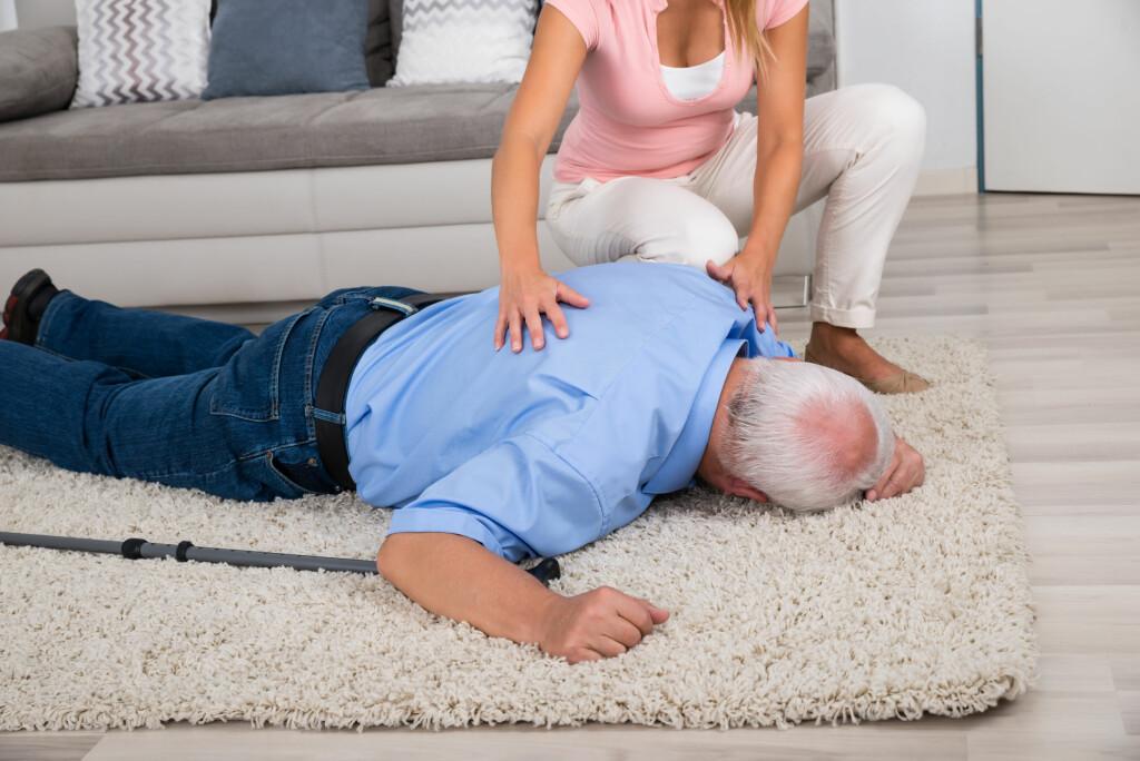 BESVIME: Noen har lett for å besvime når de reiser seg brått fra liggende/sittende til stående Foto: NTB Scanpix