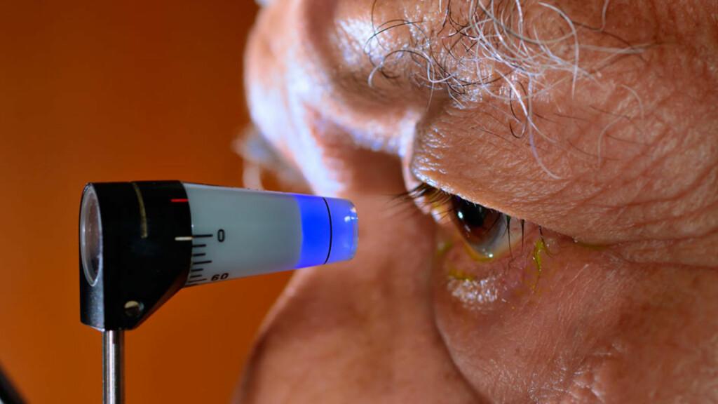GRØNN STÆR: Synsundersøkelse av trykket i øyet. Foto: NTB Scanpix/Shutterstock