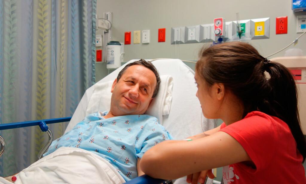 ER DU KLAR: Les nøye skrivet du får fra sykehuset om hva du skal gjøre kvelden før og på morgenen. De fleste skal faste. Noen kan drikke klare væsker. Foto: NTB Scanpix / Shutterstock