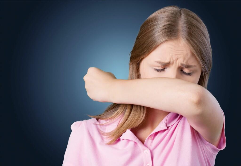 LUFTVEISVIRUS: Tørrhoste er det vanligste ved en luftveisinfeksjon. Det kalles tørrhoste når det ikke kommer opp slim når man hoster. Hosten kan ofte kjennes som en irriterende kløe og det kan være vanskelig å stoppe.  Foto: Shutterstock
