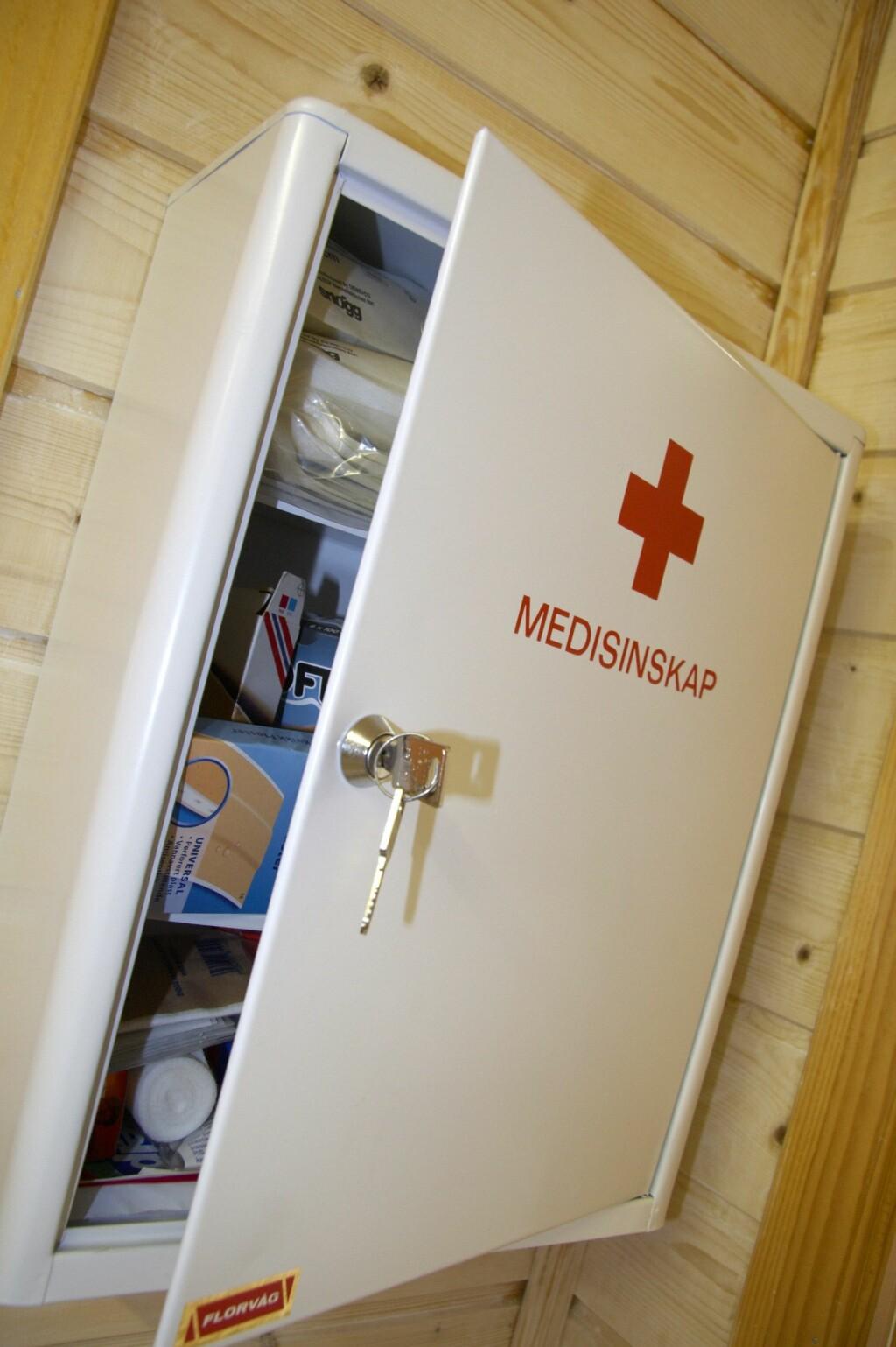 ET MUST I MEDISINSKAPET: Alle som har små barn bør ha medisinsk kull, som kan brukes ved forgiftning.  Foto: Scanpix