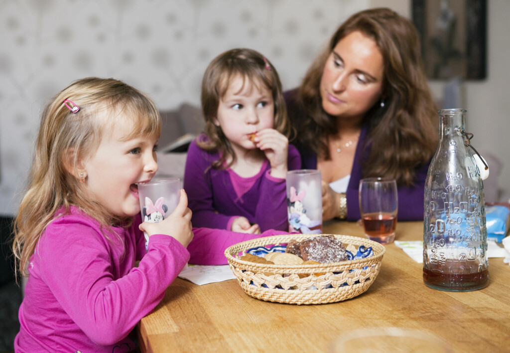 SOSIAL KOS: Det er det sosiale rundt maten som er selve kosen, ikke maten, sier eksperten på spiseforstyrrelse.  Foto: Scanpix