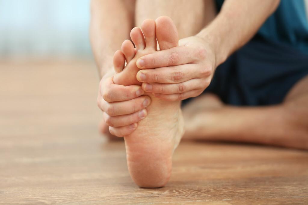 HOVNE BEIN VANLIG: På slutten av en lang dag er det relativt vanlig å være hoven i beina. Hvis beina forblir hovne over lengre tid, kan det være mer alvorlige problemer, som nyresvikt, hjertesvikt eller blodpropp i beina. Foto: Shutterstock