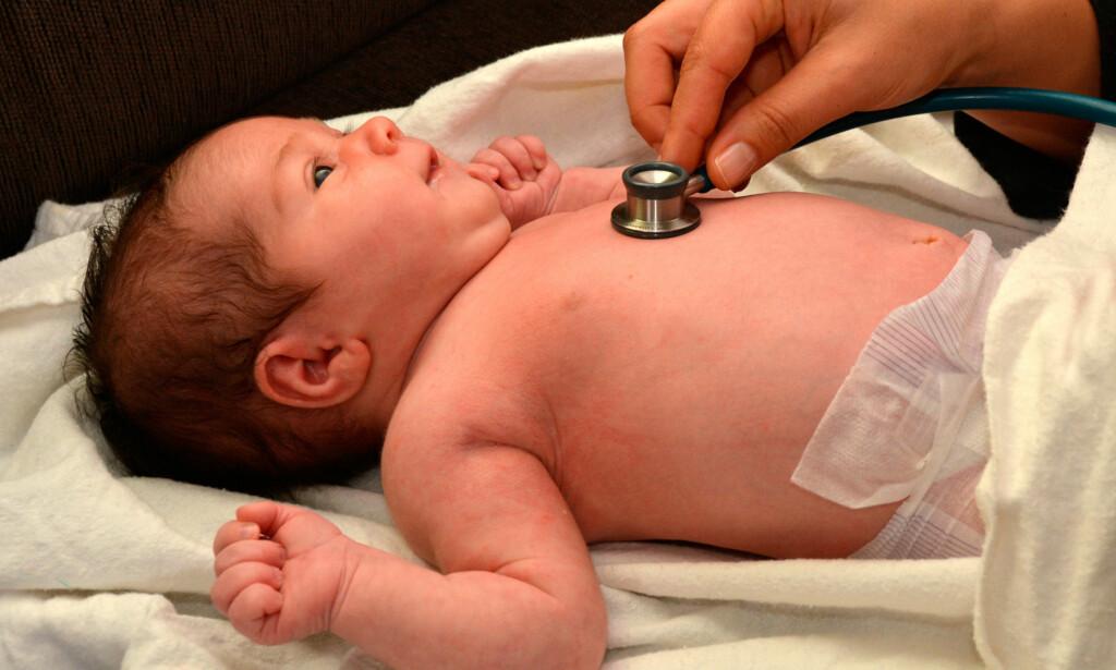 HJERTEFEIL HOS BARN: De fleste alvorlige medfødte hjertefeil blir oppdaget på på sykehuset etter fødsel. Alle nyfødte gjennomgår en undersøkelse der barnelege blant annet lytter på barnet.