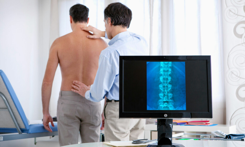 OPERASJON ELLER IKKE: Det er med god grunn legen din vil avvente med operasjon. Kirurgi vurderes først når alt annet er prøvd, eller hvis man får en akutt og alvorlig ryggtilstand. FOTO: NTB Scanpix / Shutterstock