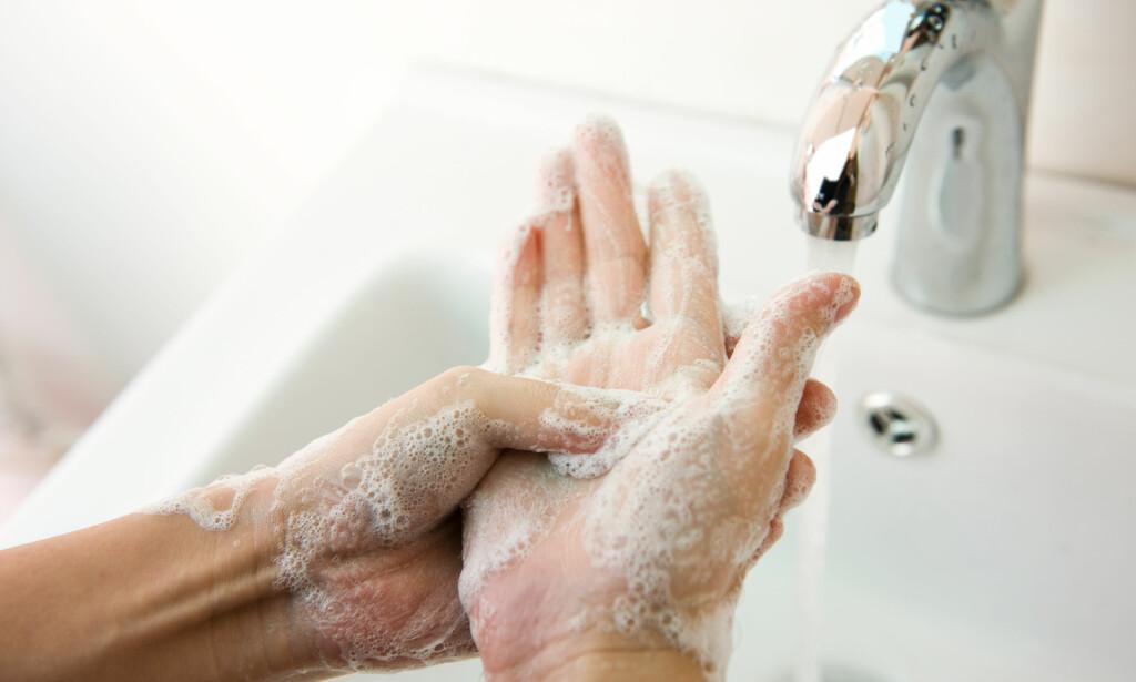 BØR VASKE HENDENE GRUNDIG: Skal du unngå å bli syk, bør du vaske hendene i minimum 20-30 sekunder. FOTO: NTB Scanpix