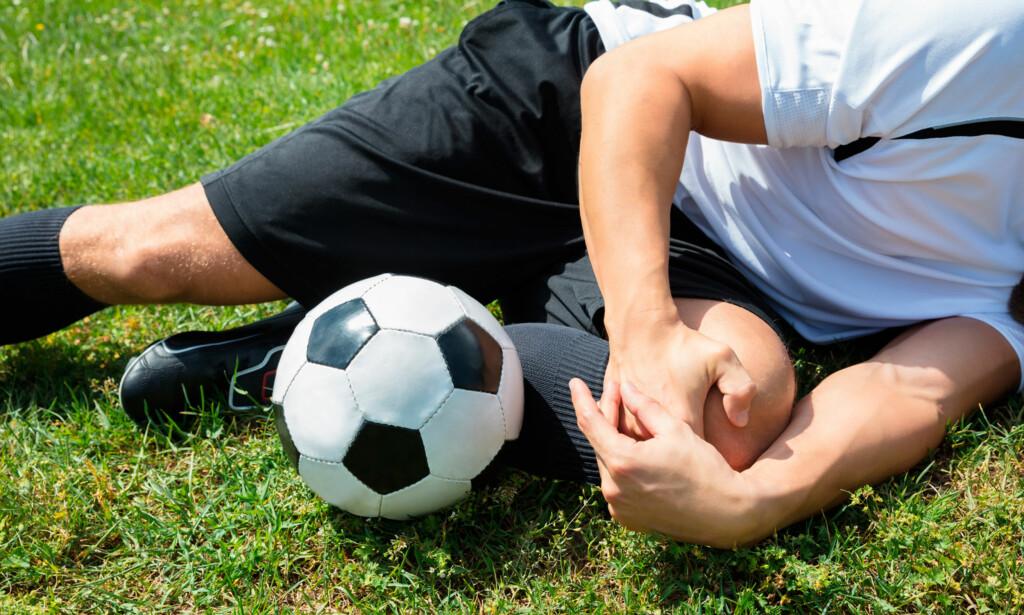 KNESKADE: Korsbåndskader og sidebåndskader kan skje under idrettsaktiviteter som for eksempel fotball, håndball og ishockey. Foto: NTB Scanpix / Shutterstock