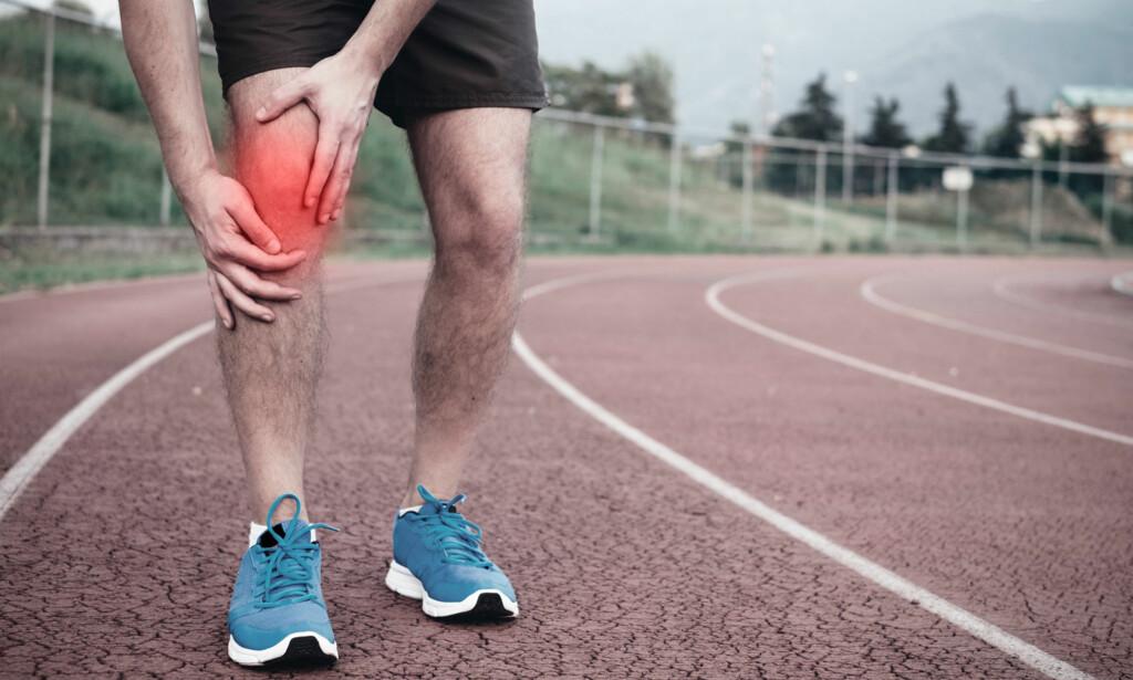 VONDT I KNEET: Hvis du er en aktiv person som trener mye og får smerter på utsiden av kneet, er sannsynligheten stor for at det dreier seg om runners knee. Foto: NTB Scanpix / Shutterstock