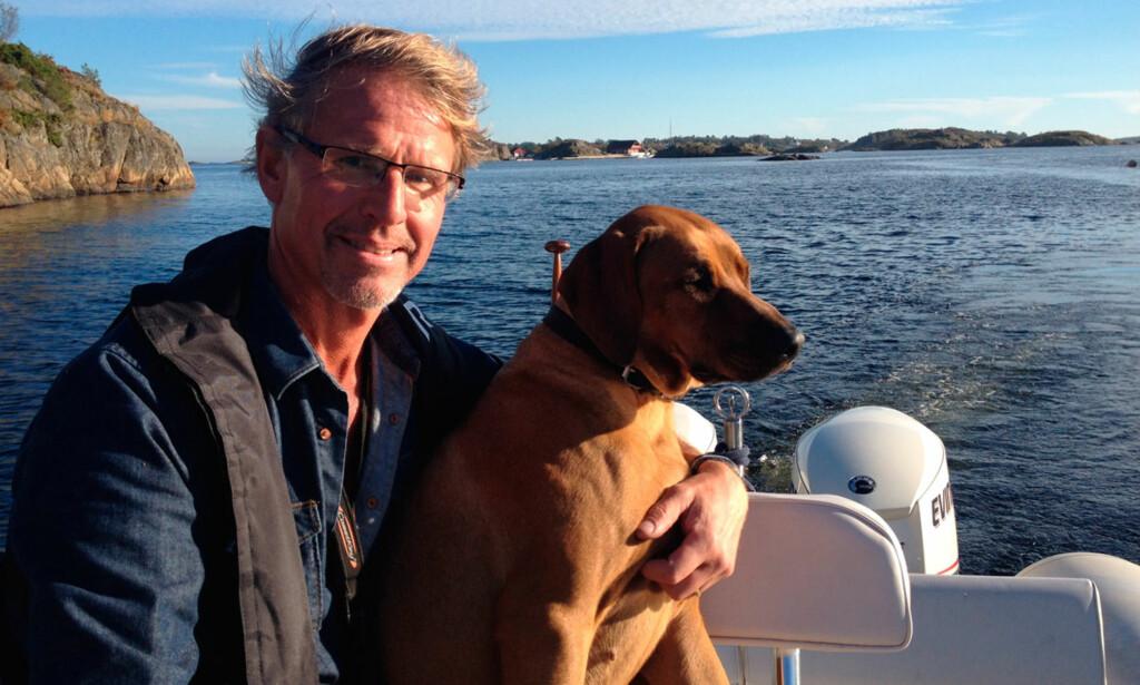 SKJÆRGÅRDSDOKTOREN: Brynjulf trives i det ytterste havgap, elsker sjø, skjærgård og båtliv, og er en lidenskapelig hundeeier. Foto: Privat