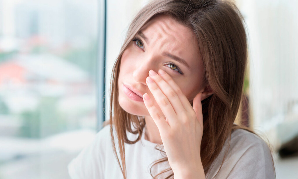 VONDT I ØYET: Det kan være mange årsaker til hvorfor øyet er smertefullt. FOTO: NTB Scanpix / Shutterstock
