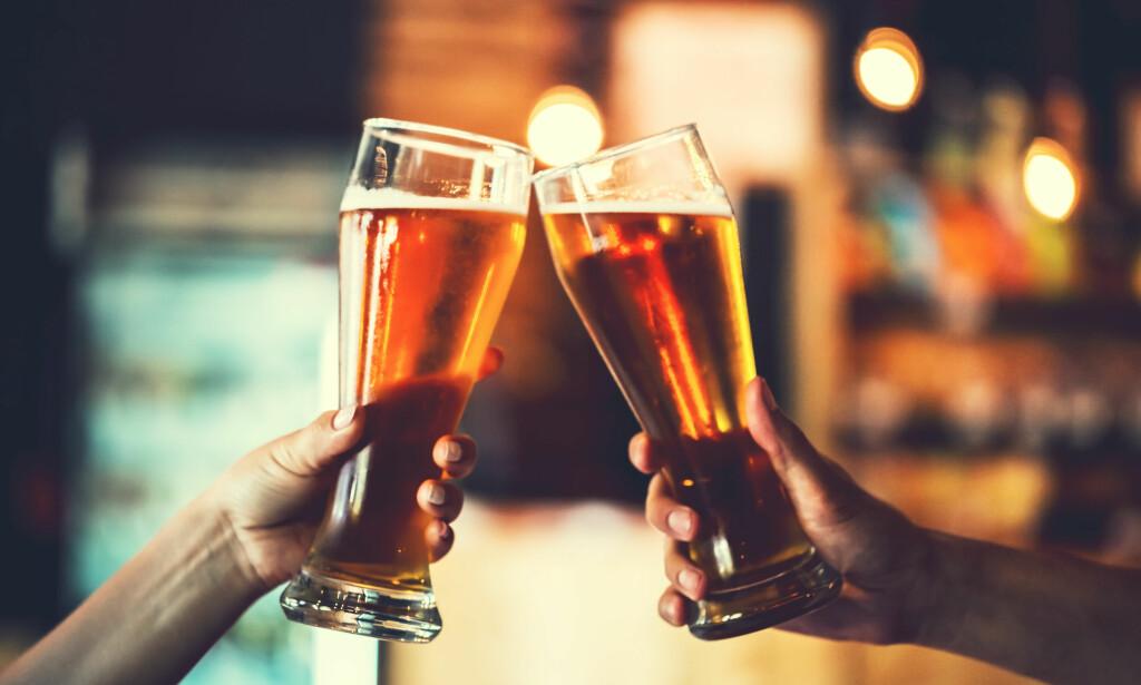 MYTER OM ALKOHOL: Det finnes mange forskjellige myter om alkohol. Ekspertene forklarer hva som er fakta. FOTO: NTB Scanpix