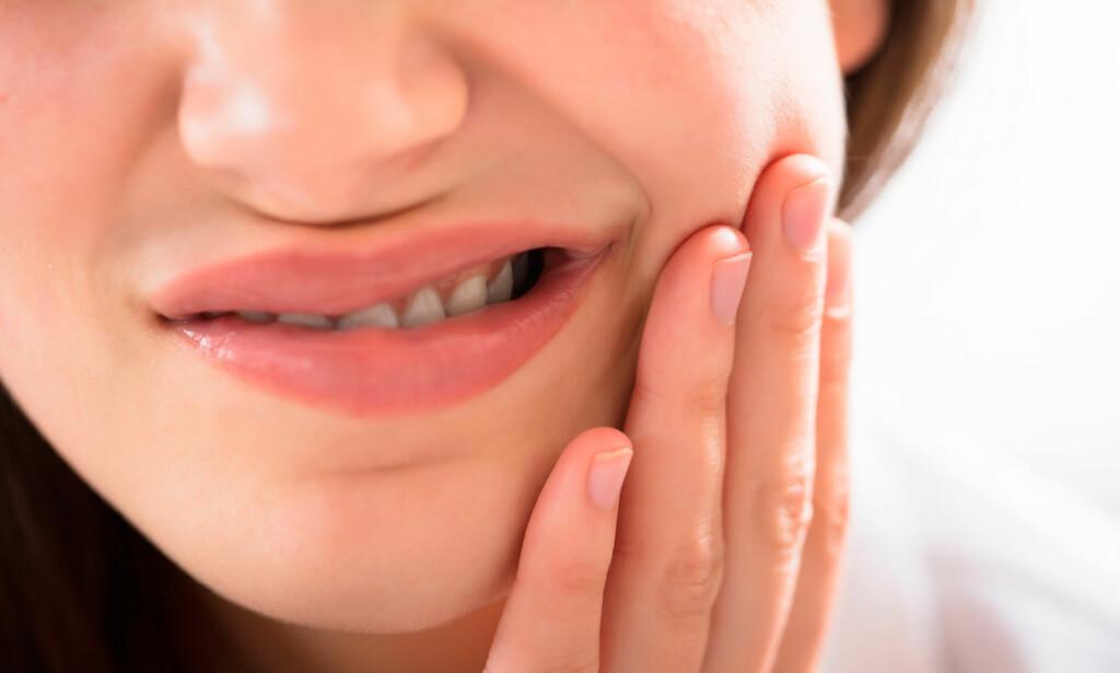 SMERTER OG HEVELSE I MUNNEN: Ved smerte, hevelse og feber kan spyttkjertelbetennelse mistenkes. Oppsøk lege eller tannlege. Foto: NTB Scanpix/Shutterstock