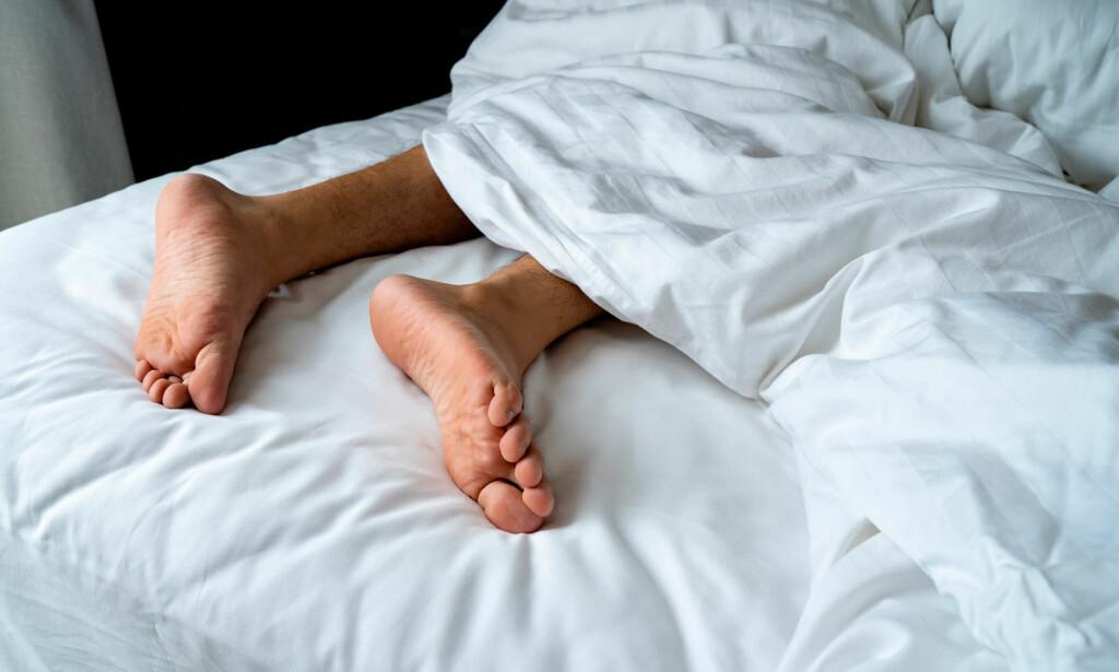 BEIN OG ARMBEVEGELSER: Beinbevegelser med rykkvis bevegelser i legger, stortær, ankler og knær, mens personen sover. Foto: NTB SCANPIX/Shutterstock
