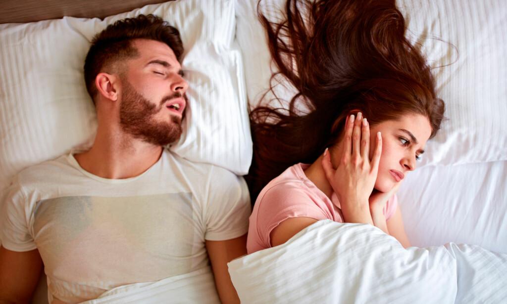 VANLIG FENOMEN: Halvparten av oss snorker. Det finnes flere råd som kan hjelpe mot snorking. Illustrasjon: NTB SCanpix/Shutterstock.