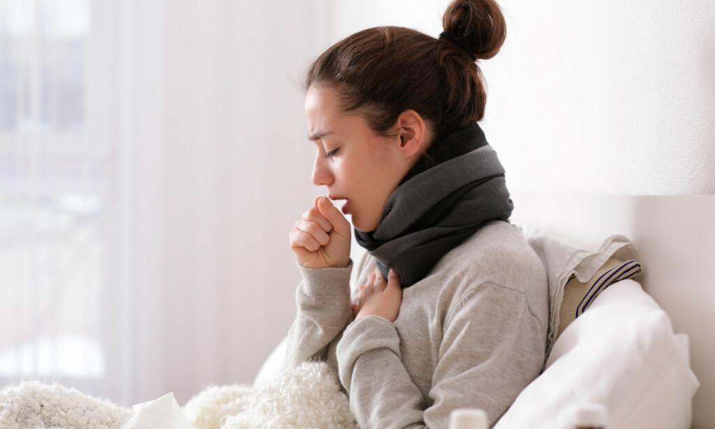 KRAFTIG HOSTE: Vond hoste, enten tørrhoste eller slimhoste er det vanligste tegnet på bronkitt. Noen har også feber og føler seg dårlig. Foto: NTB Scanpix/Shutterstock.