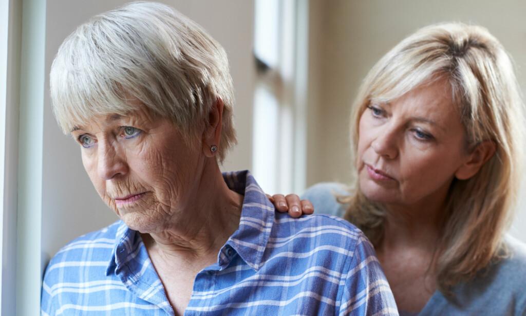 TIDLIGE TEGN PÅ DEMENS: Ofte er det pårørende som legger merke til tidlige tegn på demens, og tar med vedkommende til lege. Foto: NTB / Scanpix / Shutterstock.