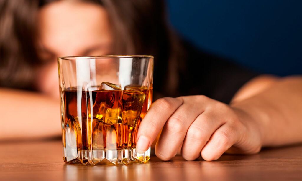 SKADELIG ALKOHOLFORBRUK: 10% av befolkningen i dag drikker på en måte som potensielt kan være helseskadelig, og 1-2% blir avhengige. Foto: NTB Scanpix/Shutterstock