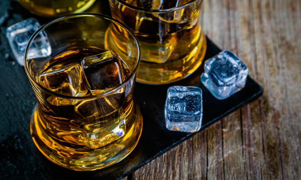 ALKOHOLISME: En alkoholiker er avhengig av alkohol, og selv om alkoholmisbruket ofte skjules i lengre tid, vil det ofte etterhvert oppstå problemer med relasjoner og arbeid. Foto: NTB Scanpix/Shutterstock