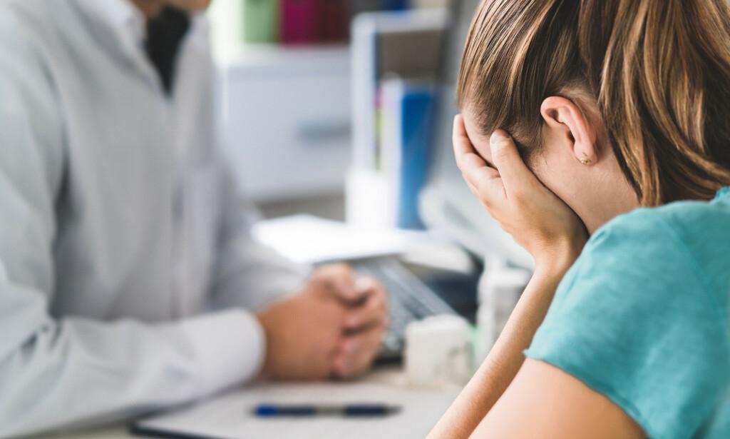 VEGRER SEG FOR Å GÅ TIL LEGE: Hvis du syns det er ubehagelig å prate med legen kan du på forhånd skrive ned det du ønsker og kommunisere. Jukselappen kan fungere som hjelp under samtalen eller leveres direkte til legen. Foto: NTB / Shutterstock.