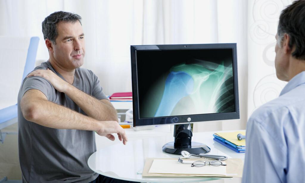 SMERTEFULL SKULDER: En pasient viser hvor høyt han kan løfte armen før skuldersmertene begrenser han. Tidligere ble svært mange av disse pasientene operert, ny forskning viser at annen behandling er like effektivt. Foto: NTB / Shutterstock.