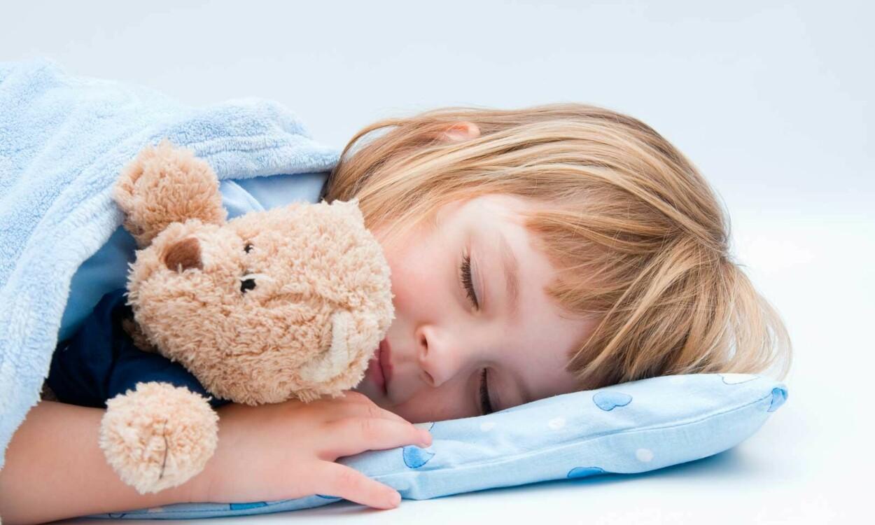 TRENGER MER SØVN: Generelt ser man at barn og unge sover stadig mindre, noe som vekker bekymring hos både foreldre og fagfolk. Foto: NTB Scanpix/Shutterstock