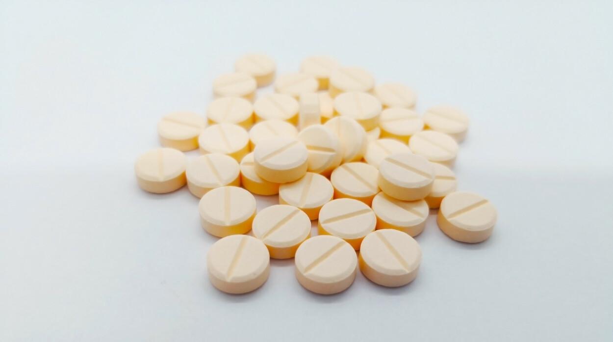 VANNDRIVENDE: Bildet viser lys oransje piller inneholdende tiazider, som ofte er den første typen vanndrivende medikament som man forsøker. Foto: NTB Scanpix / Shutterstock / 179442112