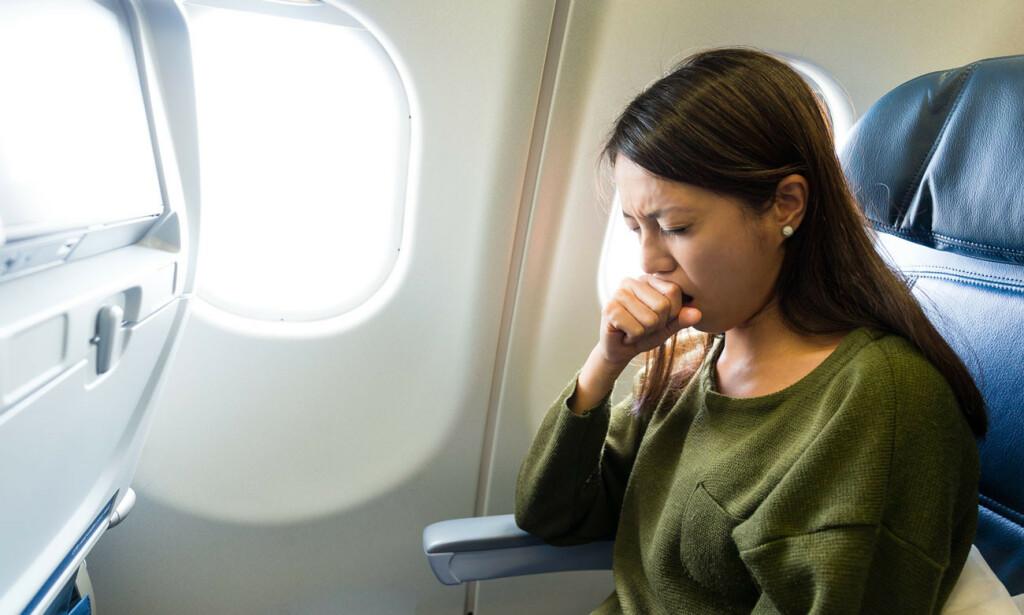 SYK PÅ FLY: Å bli syk på fly kan medføre problemer for deg, dine medpassasjerer og besetningen. Unngå å reise med fly hvis du har omgangssyke, eller en av de andre infeksjonene på listen. Foto: Shutterstock / NTB Scanpix