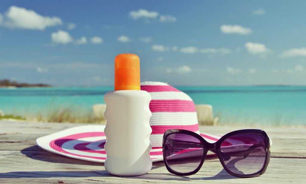 FAST FØLGESVENN: Solbriller, som solkrem og gjerne også en solhatt, er viktige verktøy for å beskytte kroppen mot skadelig UV-stråling.
